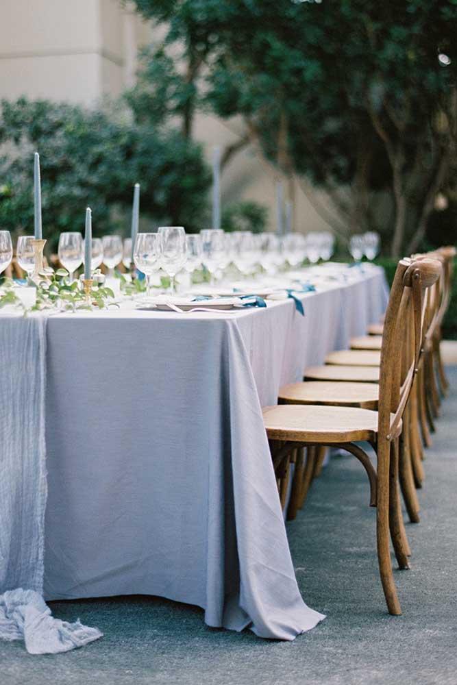 O azul, próximo ao tom lavanda, caracteriza a decoração dessa festa de casamento, inclusive as velas seguem no mesmo tom