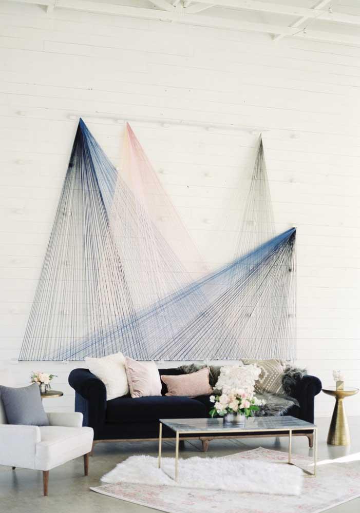 O lounge desse casamento apostou nos tons fechados e neutros de azul, branco, preto e um toque delicado de rosa para provocar uma sensação de elegância, modernidade e sofisticação