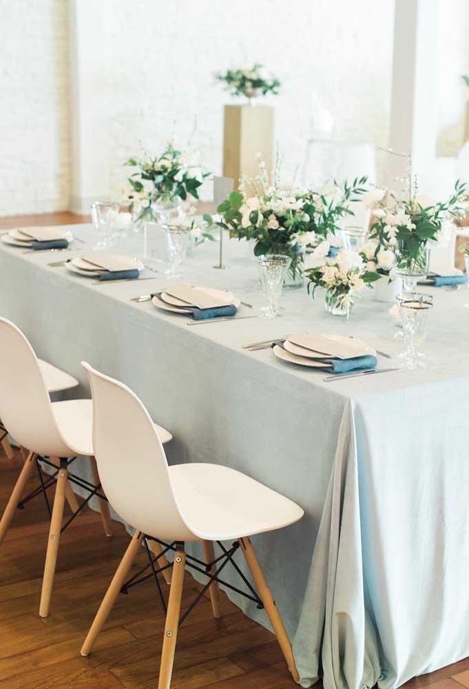 Outra opção charmosa e elegante para a decoração de casamento: tom sobre tom de azul