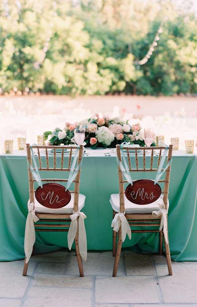 O azul esverdeado é ideal para casamentos ao ar livre durante o dia