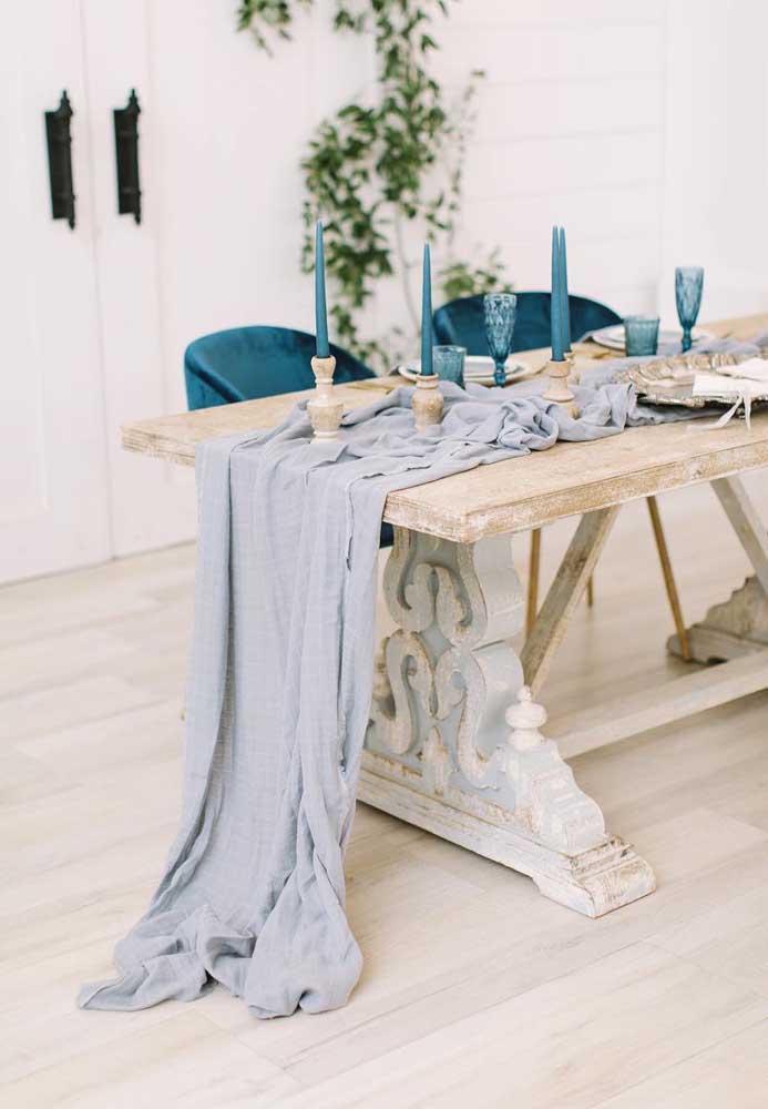 A mesa em pátina recebeu muito bem o tom delicado de azul; para dar ânimo a decor, um tom mais vivo e vibrante de azul nas cadeiras