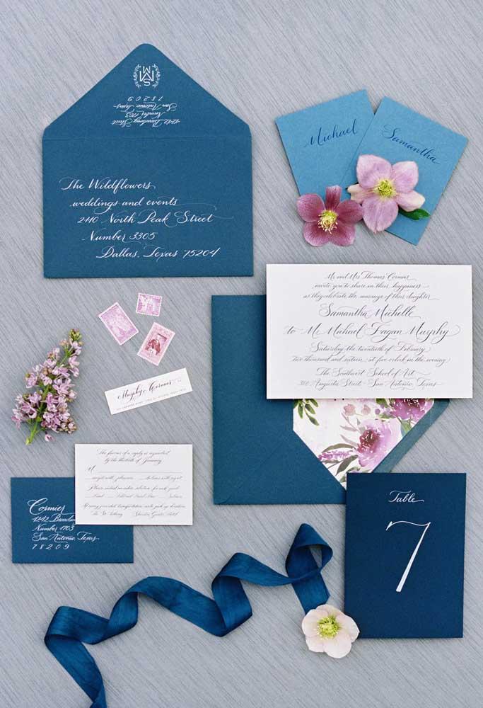 Os tons de azul e rosa do convite já dão uma dica do que está por vir na festa