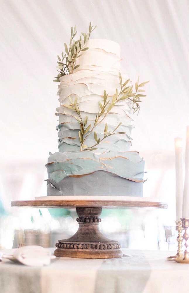 O bolo do casamento é um dos grandes destaques da festa; esse aqui, em andares, foi decorado em tons suaves de azul