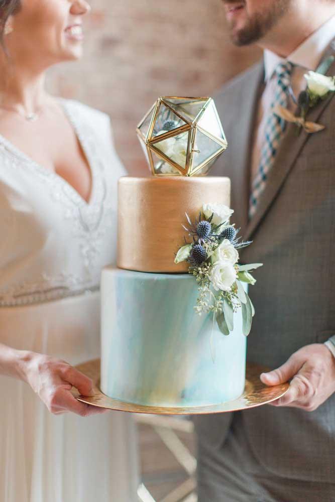 Mas se preferir pode apostar em um bolo mais marcante, como esse dourado e azul