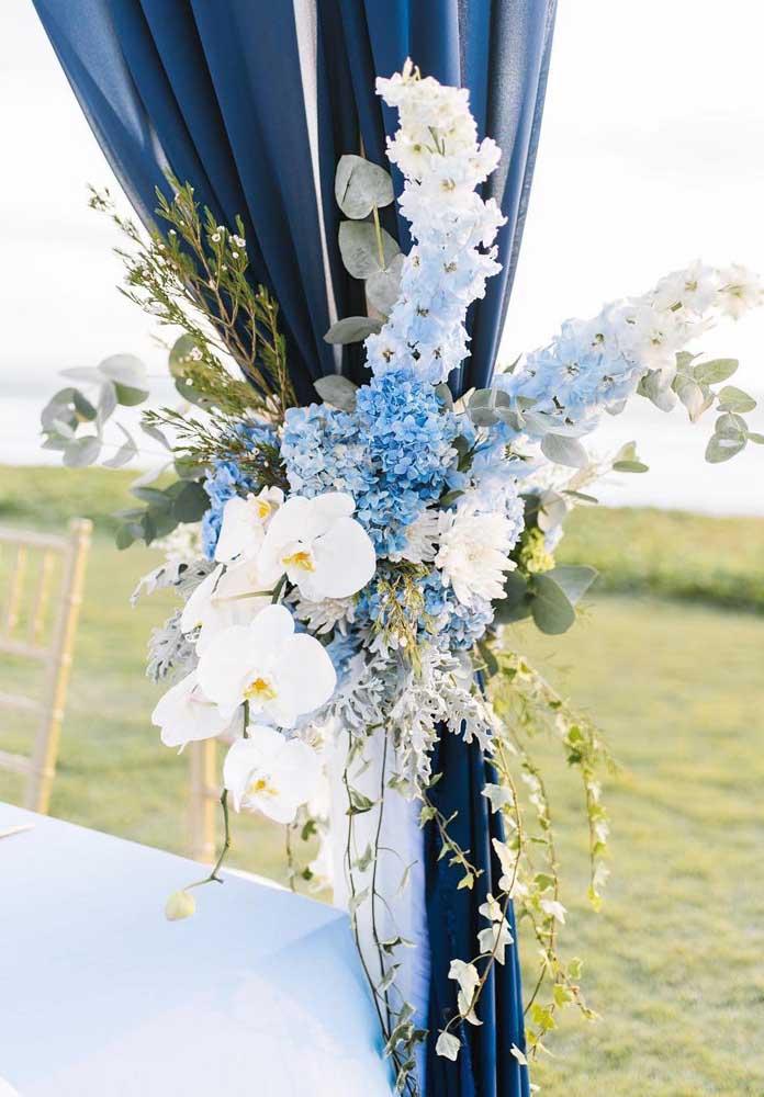 Orquideas e hortênsias para seguir o tom azul e branco da decor