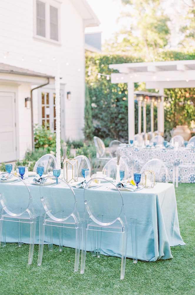 Toda delicadeza e tranquilidade do azul claro para um casamento ao ar livre e a luz do dia