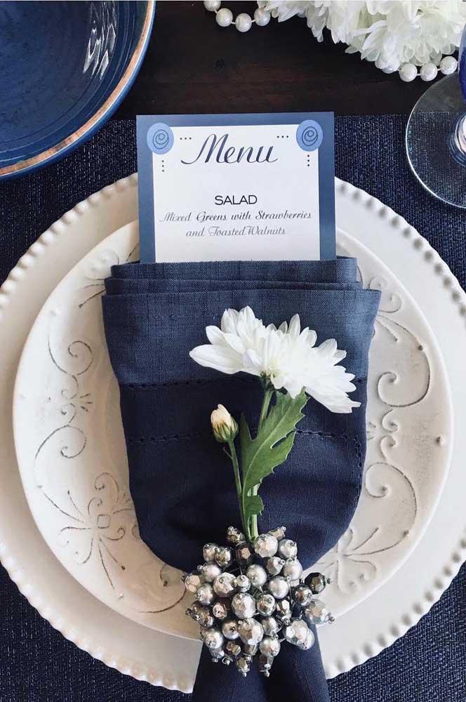Toda elegância dos tons fechados de azul para a decoração do casamento