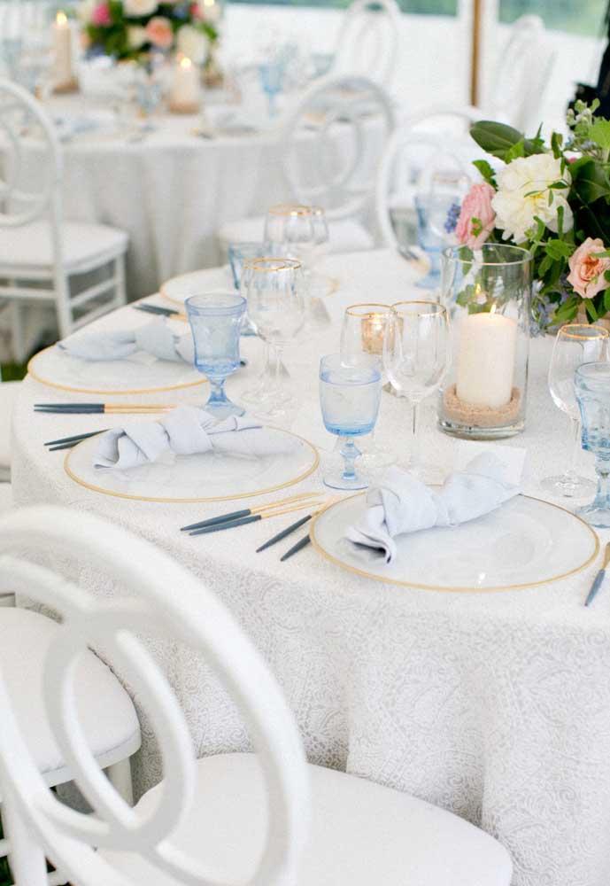 O branco e o dourado predominantes na decoração ganharam reforço extra com os pequenos detalhes em azul