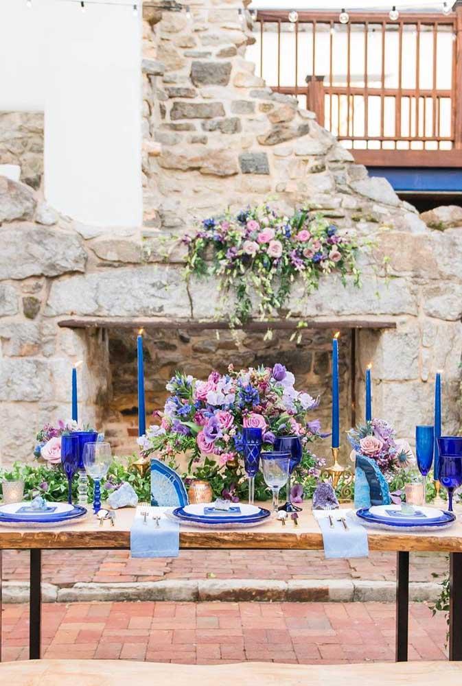 Casamento rústico marcado pelo contraste forte entre o azul e os tons terrosos naturais