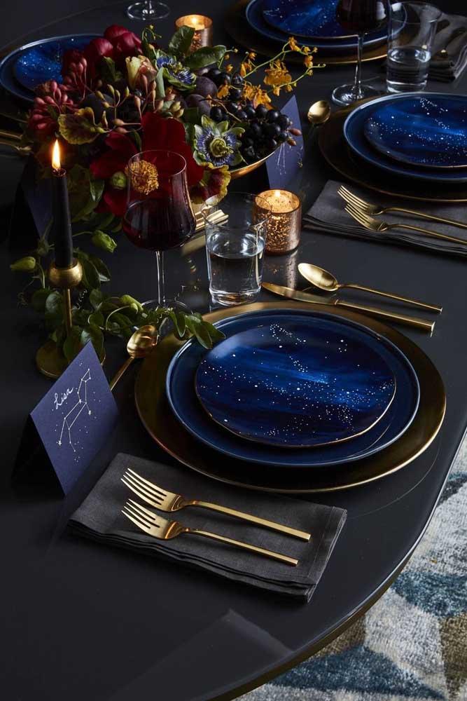 Para quem prefere uma decoração de casamento mais ousada, chique e sofisticada ao mesmo tempo pode apostar no preto, dourado e azul royal