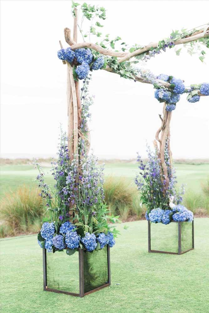 Ao ar livre, o azul das hortênsias fica ainda mais valorizado