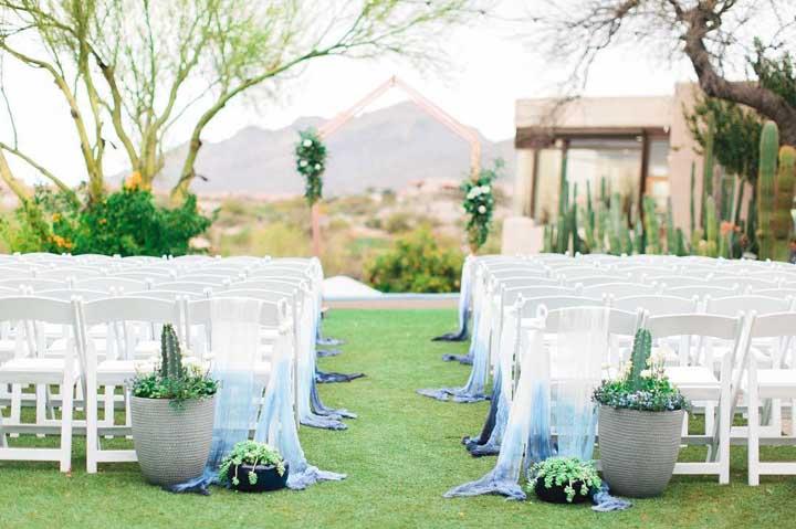 A entrada da noiva foi decorada com tecidos de voil delicadamente tingidos em tons de azul