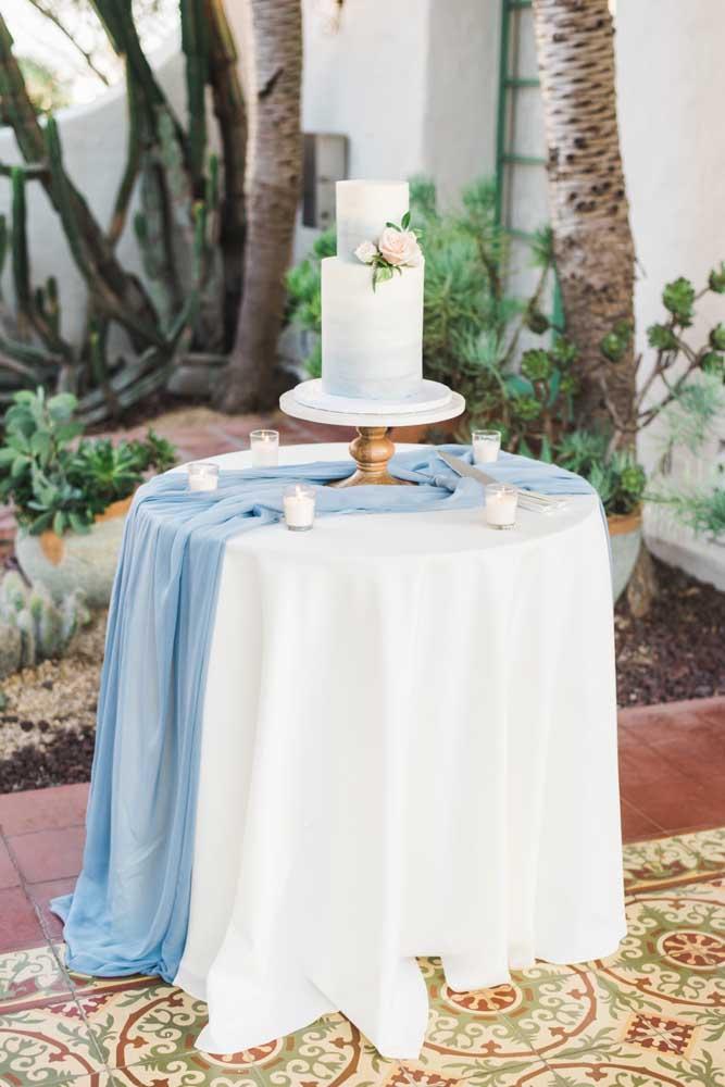 A mesa do bolo também apostou na suavidade do azul, além, é claro, do próprio bolo, feito em um degradê delicado de tons de azul até chegar no branco