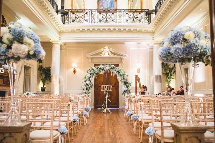 Já para quem pretende casar na igreja pode optar por decorá-la com hortênsias e rosas brancas formando um arco na entrada