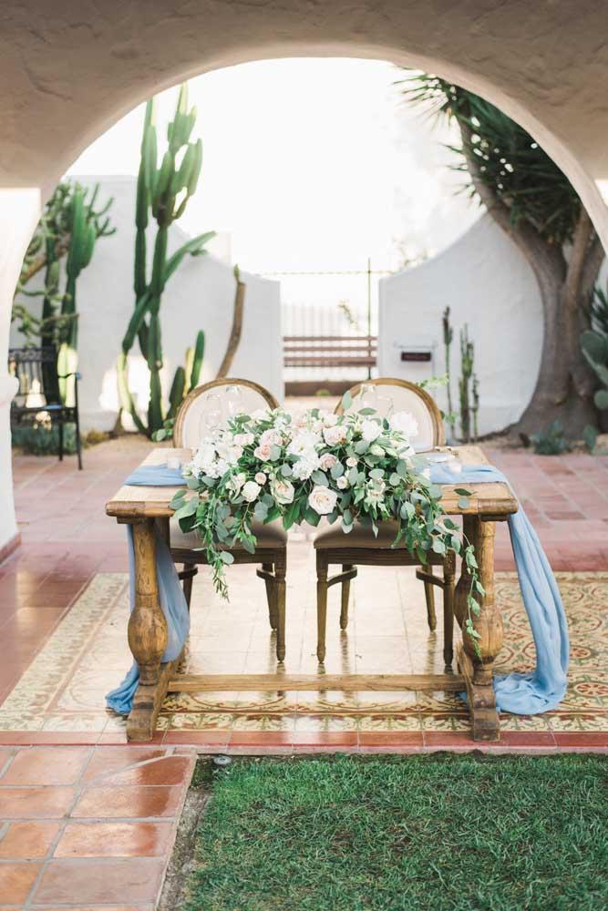 Quer um casamento rústico e elegante? Escolha o azul e a madeira para criar esse efeito