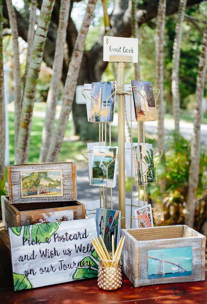 Que tal preparar um cantinho para compartilhar os cartões postais? Aproveite e faça alguns caixotes bem rústicos.