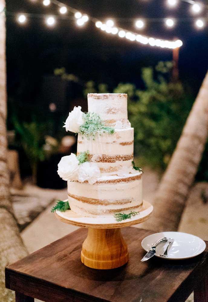 No casamento na praia o mais indicado é fazer um naked cake. Apesar de parecer simples, esse tipo de bolo é extremamente sofisticado.