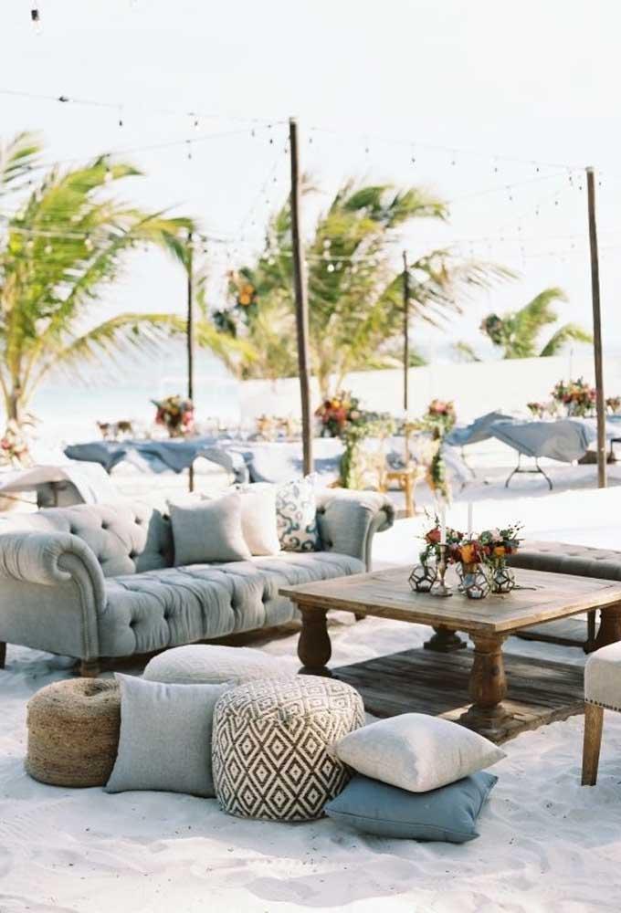 Prepare um espaço confortável para os convidados relaxarem durante a festa. Coloque um lindo sofá, alguns puffes e uma linda mesa de centro.