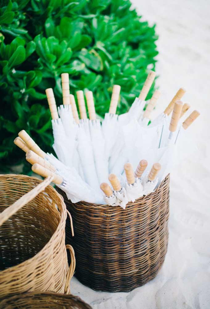 Dependendo do horário, o sol pode estar muito forte na hora do casamento que é realizado na praia. Nesse caso, deixe alguns guarda-sóis para os convidados que quiserem se proteger.
