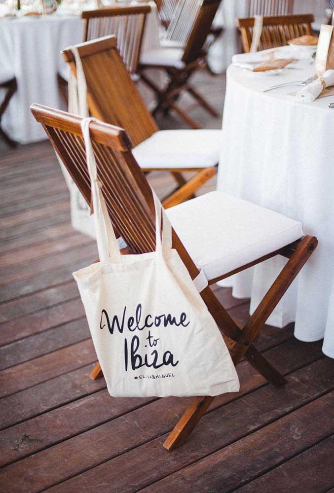 Nada melhor do que ser muito bem recebido em uma festa. Sendo assim, prepare um kit de boas-vindas para cada convidado.