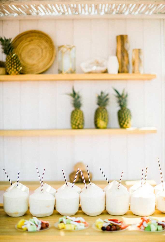 A decoração de um casamento na praia pede algo mais tropical. Por isso, use e abuse de elementos que combinem com esse cenário.