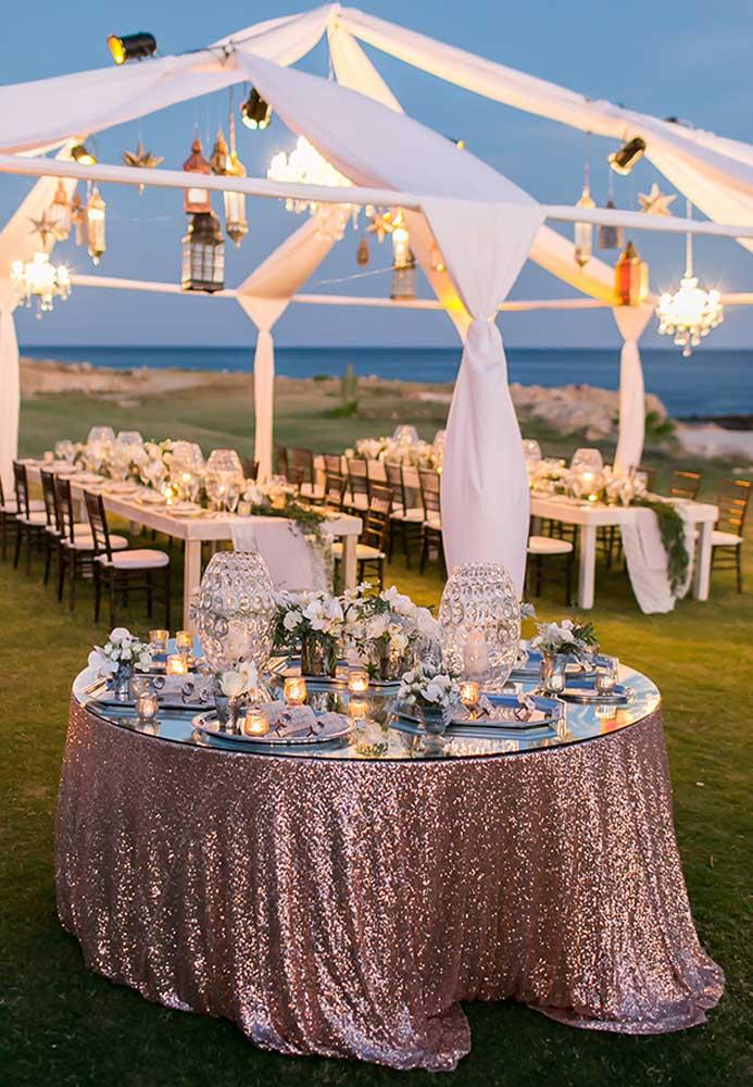 Se o casamento na praia for ao final da tarde, um ponto importante na decoração é a iluminação. Nesse caso, aposte em luminárias pendentes e muita vela.