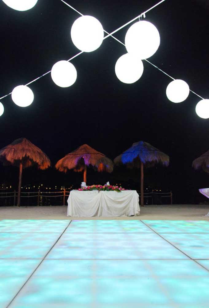 Quem disse que não dá para montar uma pista de dança nas areias da praia? Para colocar todo mundo para dançar, capriche na iluminação do espaço.