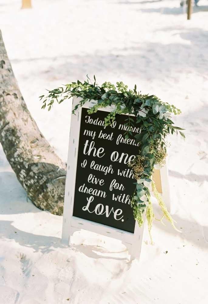As plaquinhas de identificação não podem faltar no casamento na praia. Coloque uma na entrada e outras espalhadas pela festa, sempre com uma frase romântica.