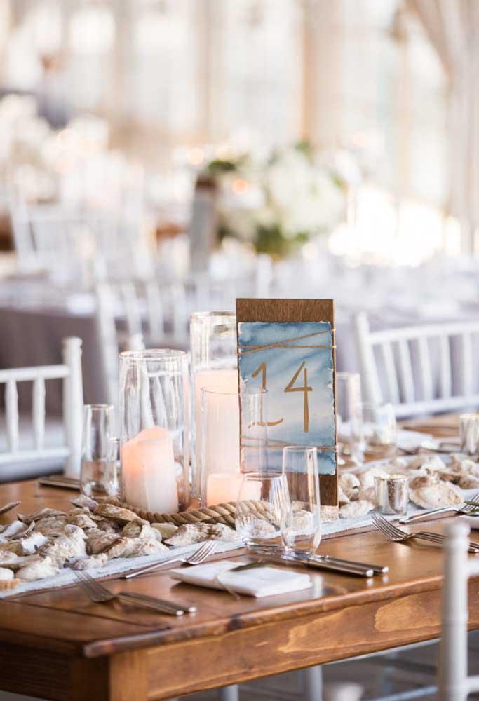 Quando se tem muitos convidados, é importante identificar as mesas para não ter confusão. Mas as plaquinhas de identificação devem seguir o tema da festa.