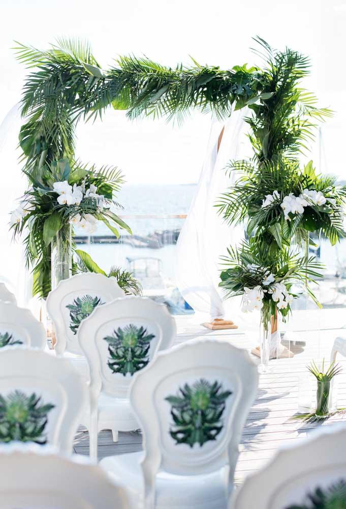 Os arcos feitos com folhas e flores é o que mais se usa na decoração de casamento na praia porque o efeito é realmente encantador.