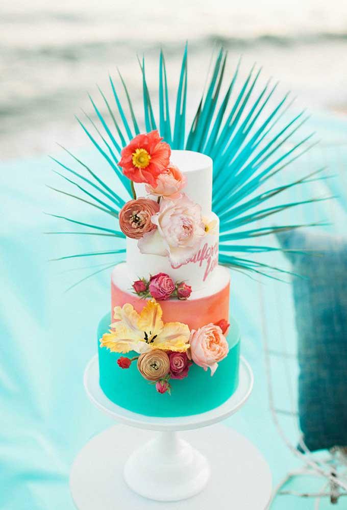 Que tal fazer um bolo diferente para o casamento? Use várias cores e invista no arranjo de flores com alguns detalhes especiais.