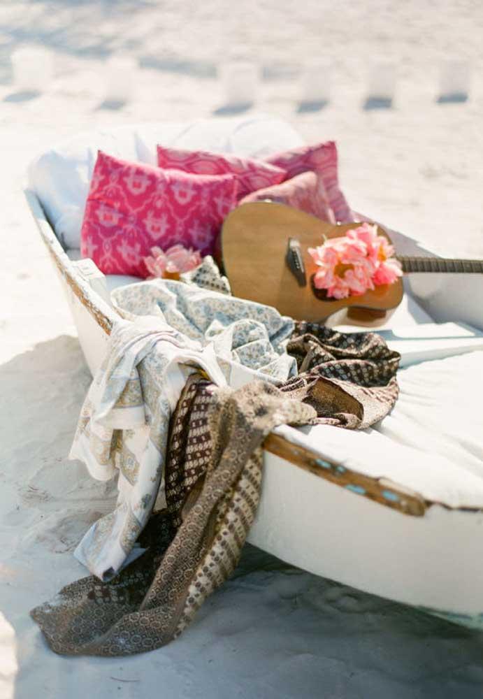 Você pode usar um pequeno barco ou bote como peça decorativa. Coloque alguns elementos dentro e crie um espaço de descanso para os convidados.