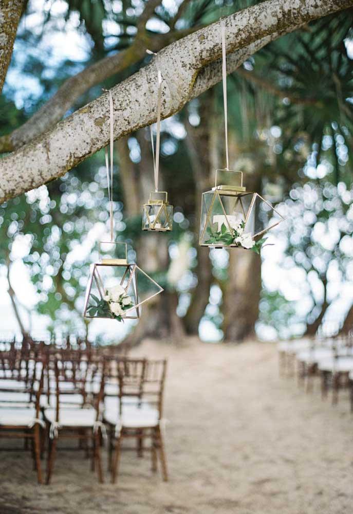 Os pendentes com vela e flores são perfeitos para deixar um clima romântico e charmoso.