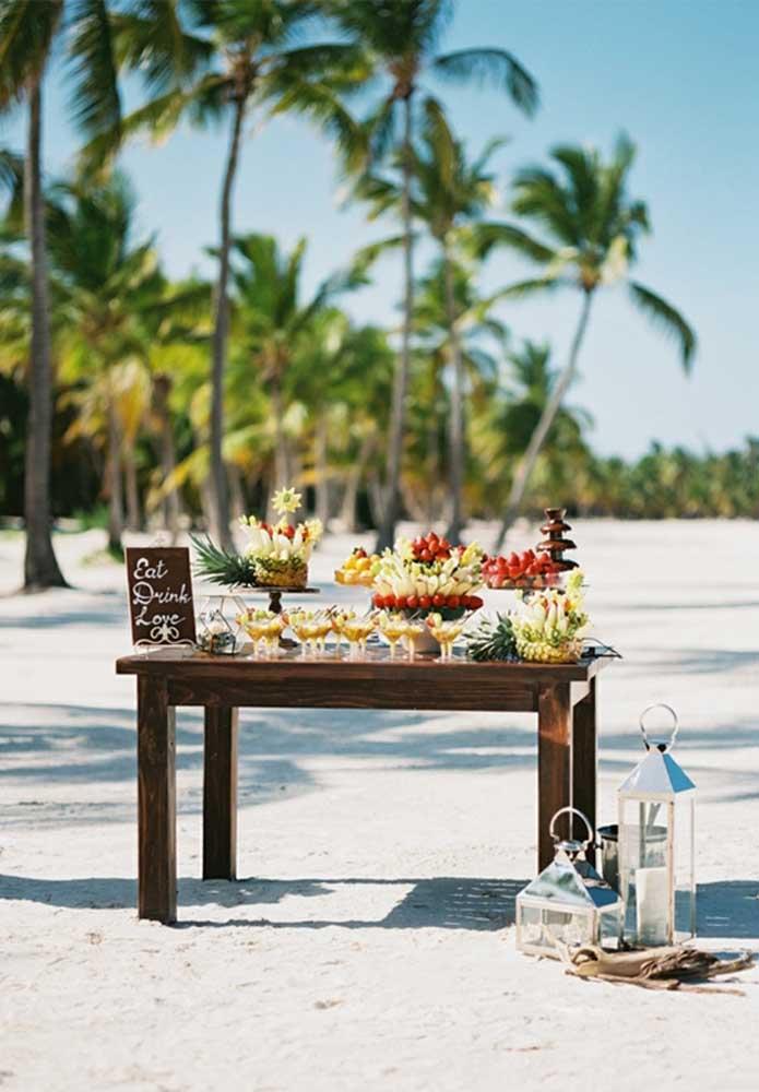 Para deixar o clima mais refrescante, nada melhor do que preparar uma mesa só para os drinks.