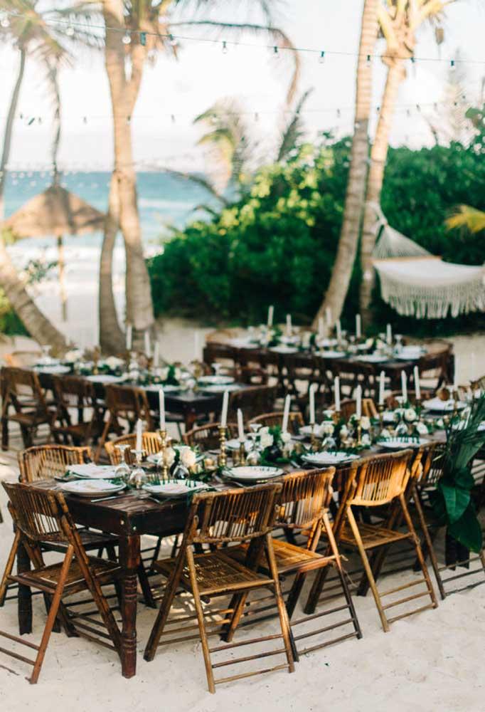 Os móveis rústicos devem ser prioridade na hora de fazer a decoração do casamento na praia.
