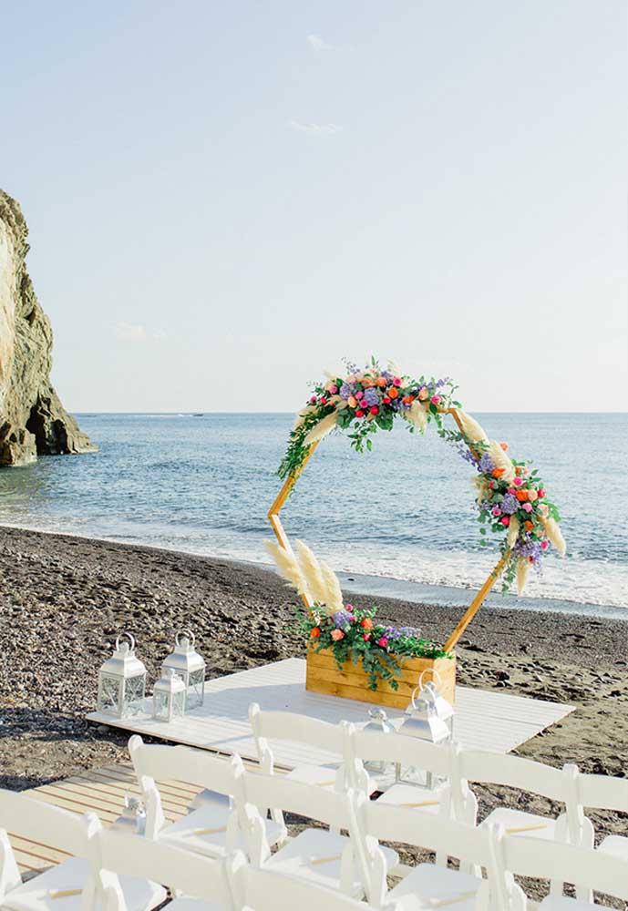 Para decorar as mesas dos convidados, prepare alguns arranjos em formato de arco que ficam encaixados em uma cestinha. Além de delicado, o arranjo faz destacar as mesas.