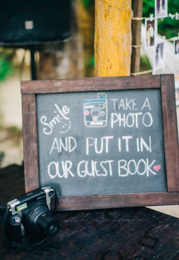 Reserve um espaço para os convidados tirarem fotos. Capriche na decoração para as fotos ficarem glamorosas.