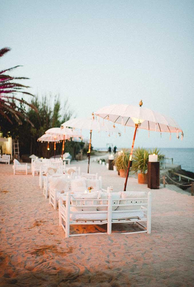 O bom do casamento na praia é que o espaço é amplo, permitindo criar vários ambientes para os convidados desfrutarem do momento.