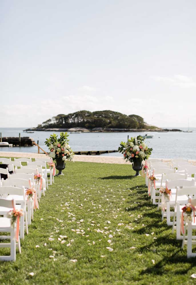 Casar na praia é o sonho de muitos casais, ainda mais com um cenário incrível como esse.