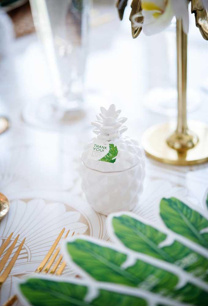 Não sabe o que oferecer como lembrancinha da festa de casamento? Coloque alguns mimos dentro de potes nos formatos de frutas.