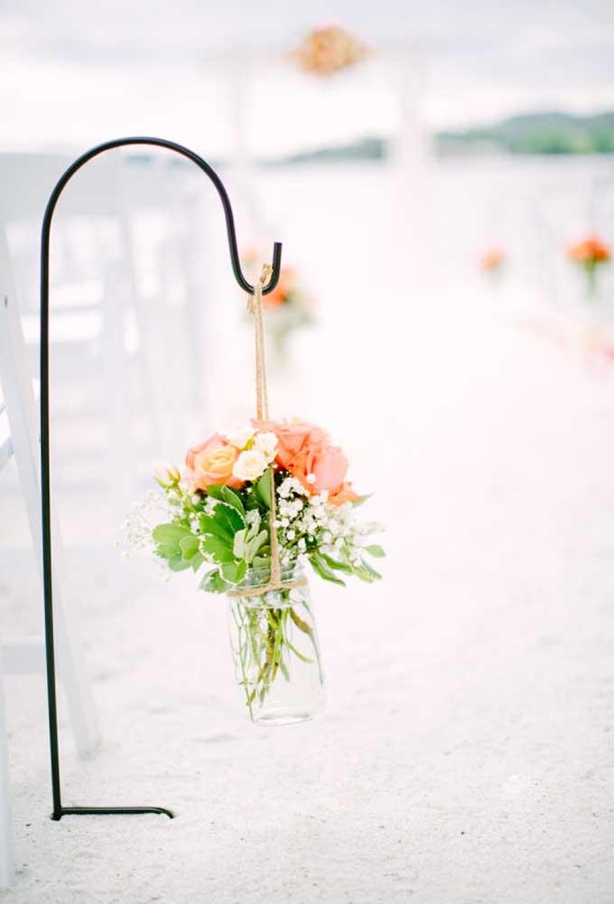 Flores são consideradas uma das principais matérias primas de uma decoração de casamento na praia.