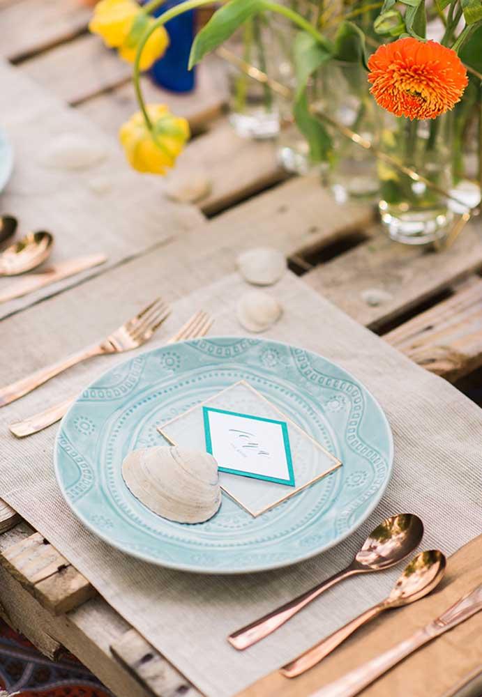 Até na decoração dos pratos você pode colocar alguns elementos que estejam relacionados ao tema da festa.