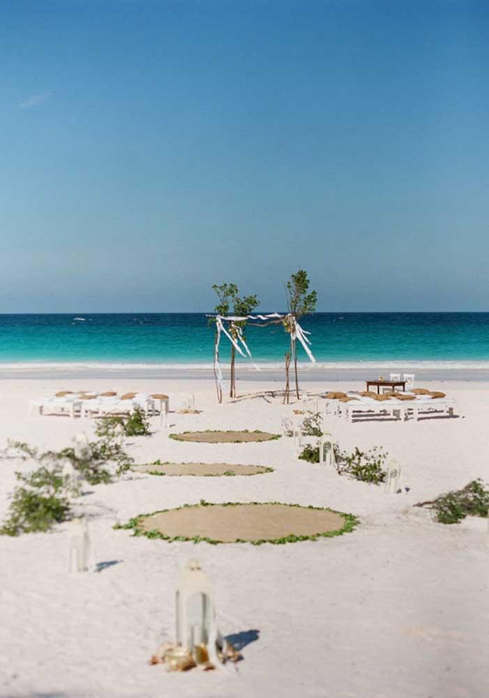 A noiva é a peça principal do casamento. Por isso, em um casamento na praia faça alguns caminhos para ela chegar até o altar improvisado.
