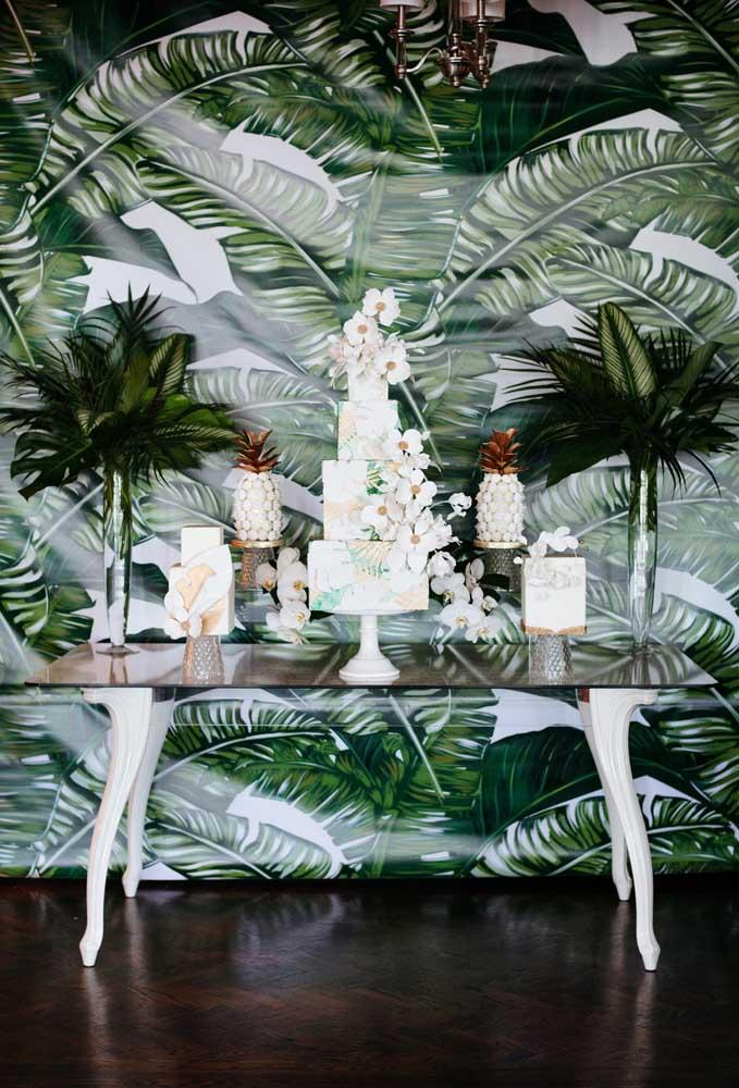 Se a festa de casamento na praia tiver uma área mais protegida, monte a mesa do bolo lá. Mas pense em todos os detalhes da decoração para combinar com o restante da da festa.