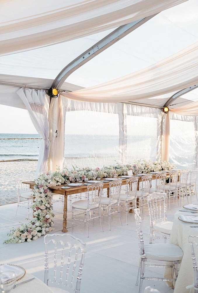 Se você não quer ser surpreendido com chuva ou muito sol, monte uma tenda para receber seus convidados e curtam juntos o resto da festa.