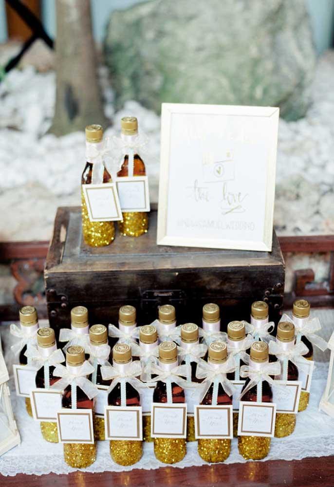 Prepare alguns mimos personalizados para seus convidados. O objetivo é fazer com que todos se lembrem do casamento.