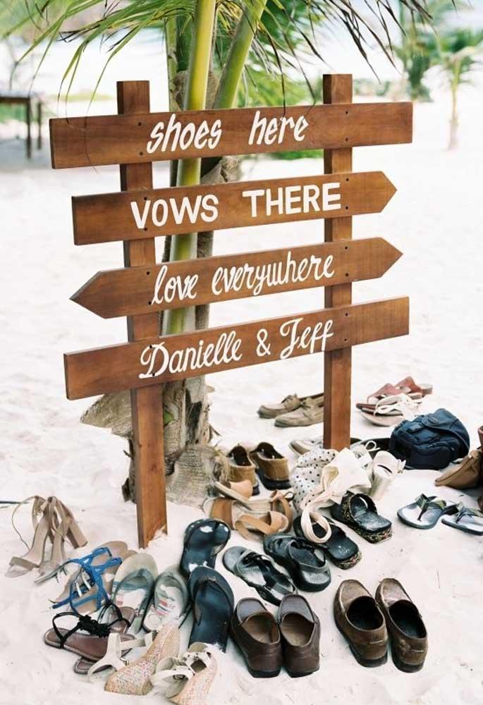 Casar na praia é colocar o pé na areia e se divertir com isso. Nesse caso, monte um cantinho na entrada do evento para os convidados deixarem seus sapatos.