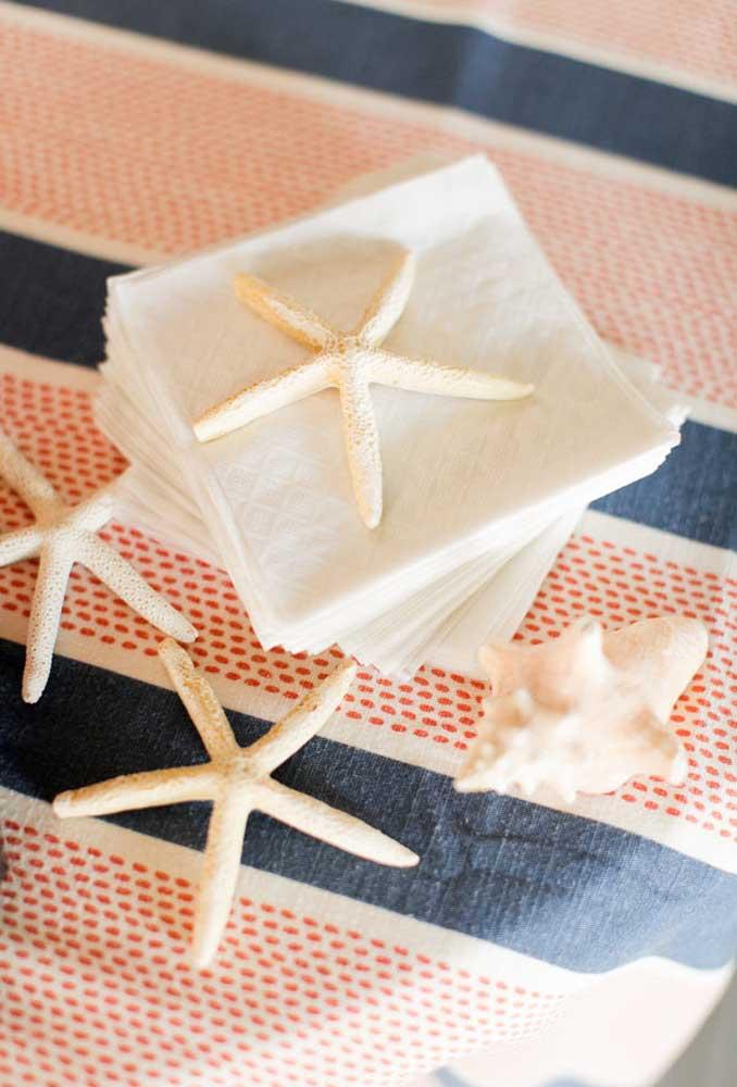 Elementos temáticos como estrela do mar e concha devem fazer parte da decoração do casamento na praia.