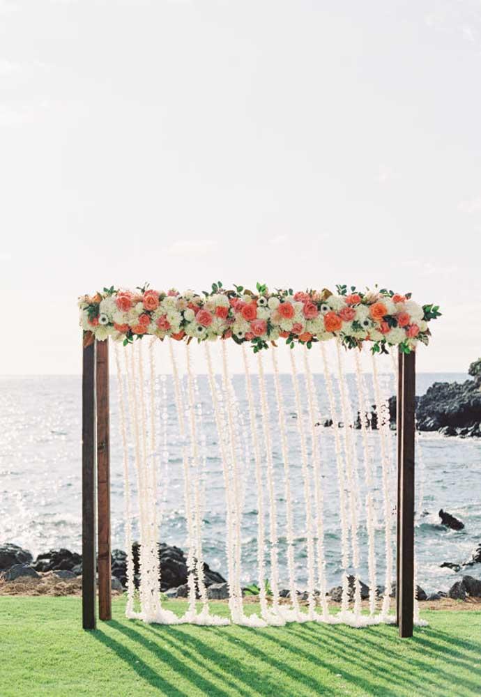 Os arcos de madeira decorados com arranjos florais já se tornaram tradição no casamento na praia. O que você pode fazer é variar o tipo de arranjo e acrescentar outros elementos.