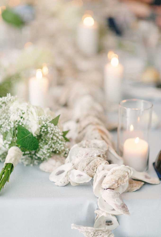 A cor branca deve reinar na decoração de casamento, desde o arranjo das mesas até velas e outros elementos.